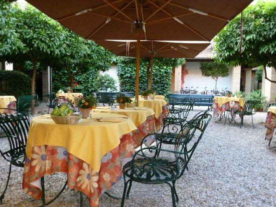 Hotel Santa Maria: Frühstück im Garten