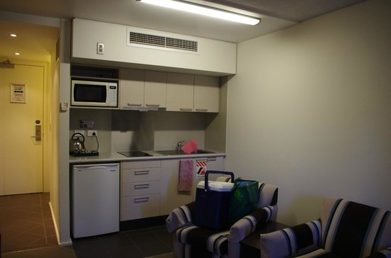 St Ives Apartments: Kitchenette