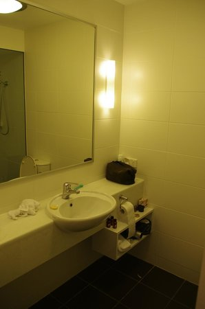 St Ives Apartments: Bathroom