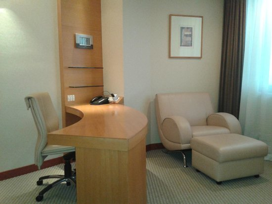 M Hotel Singapore: Study/office table is helpful.