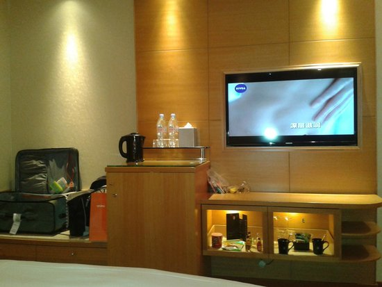 M Hotel Singapore: With complimentary coffee and tea.