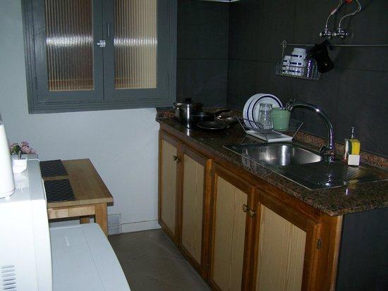 Apartaments Islamar Arrecife: Cocina. La ventana da a un patio interior mínimo