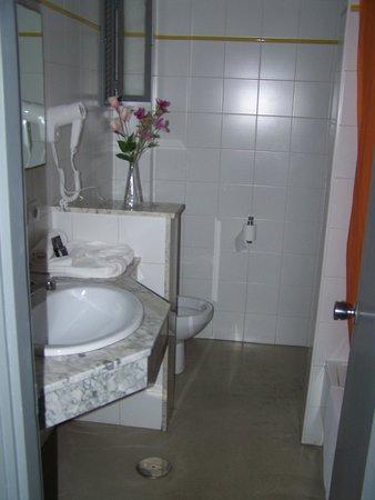 Apartaments Islamar Arrecife: Baño. La ventanita da a un patio interior muy pequeño