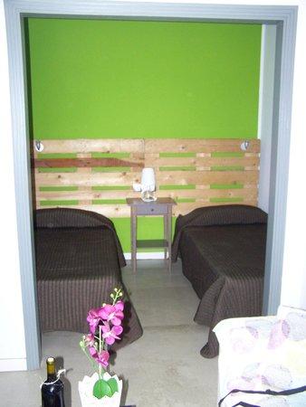 Apartaments Islamar Arrecife: Dormitorio. Los cabeceros son palés de obra