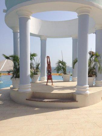 Iberostar Rose Hall Suites: Traveling handstand