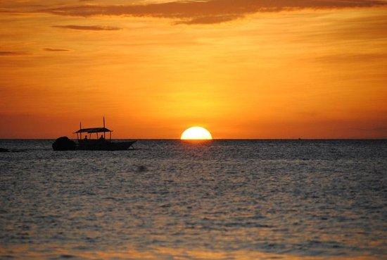 Kokay's Maldito Dive Resort: Amazing sunset view from the restaurant