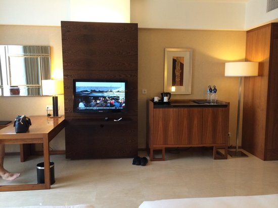 Hilton Bandung: Tv in front of our queen size twin bed