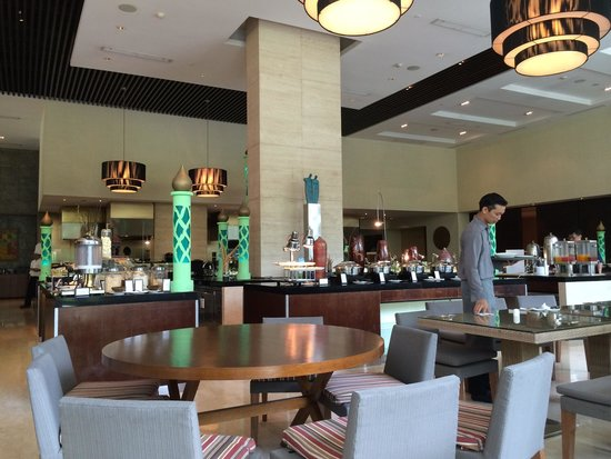 Hilton Bandung: Breakfast area (delicious food!)