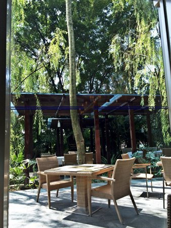 Hilton Bandung: Outdoor breakfast sitting area