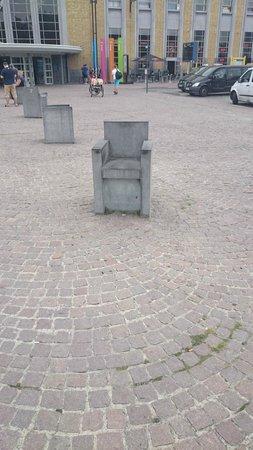 Station Brugge : Steinsitze auf dem Vorplatz des Bahnhofes