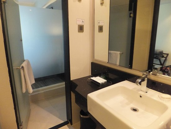 Ming Garden Hotel & Residences: Nice layout bathroom