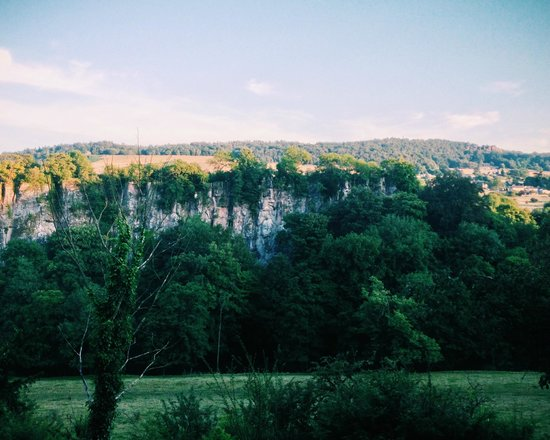 Willersley Castle Hotel: Limestone Cliff from Grounds