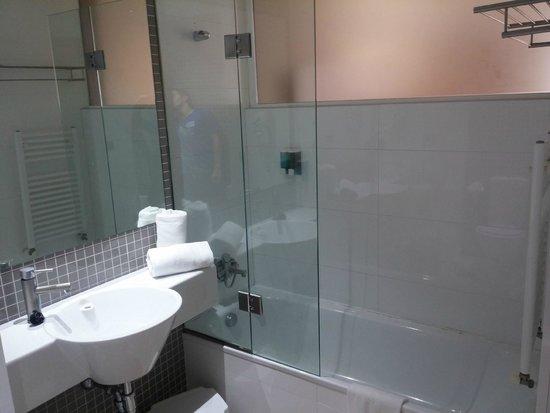Dynastic Hotel: Baño