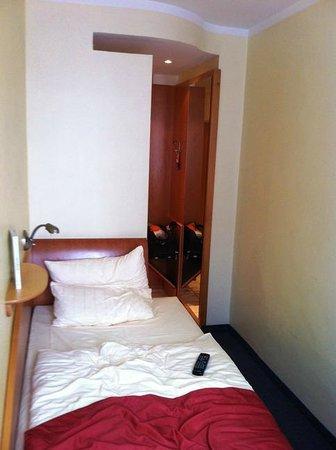 Quality Hotel Ambassador Hamburg: Комната шириной полтора метра