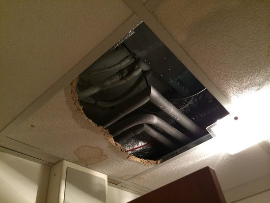 City Central Hotel : A piece of the ceiling came off in our room