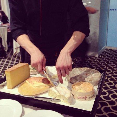 Le Pre aux Clercs : Перед двумя десертами из дегустационного меню отличный выбор сыров