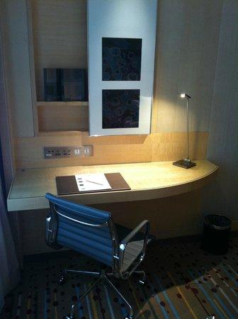 Doubletree By Hilton Hotel Johor Bahru: desk in room
