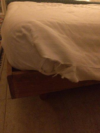 Tiran Island Hotel : Рваная постель - это норма, в каждом номере