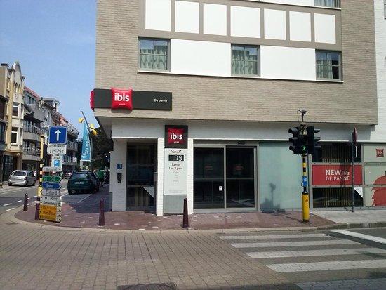 Hotel Ibis De Panne: Hôtel : vue extérieure de l'entrée donnant sur le hall d'accueil.