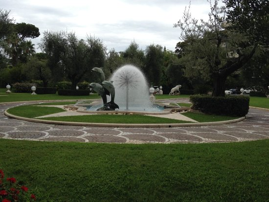 Rome Cavalieri, Waldorf Astoria Hotels & Resorts : Fountain in front of hotel
