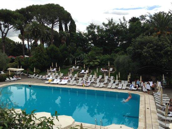 Rome Cavalieri, Waldorf Astoria Hotels & Resorts : Outdoor pool