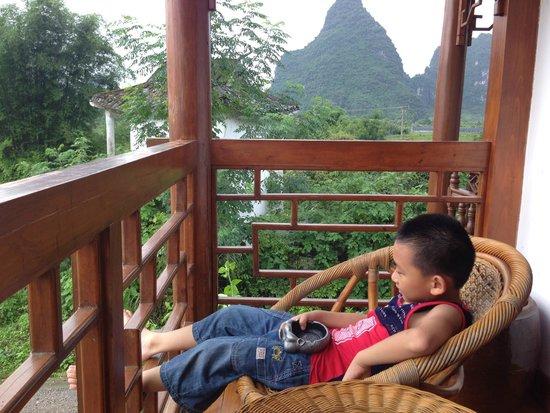 Yangshuo Phoenix Pagoda Fonglou Retreat : Comfortable Balcony