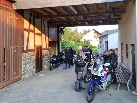 Hotel Sassor: Motorradgaragen und Stellplätze