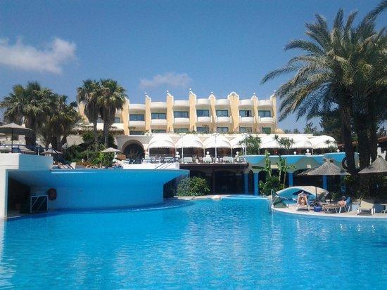 Atrium Palace Thalasso Spa Resort & Villas: Главный корпус и бассейн