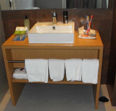 Protur Bonaire Aparthotel: very modern bathroom