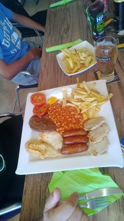 7 Palms Restaurant and Bar: OMG mixed grill with extra chips and I thought it would be small
