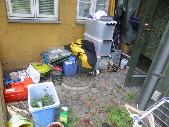 Susanne Lund Bed & Breakfast: Outside back door