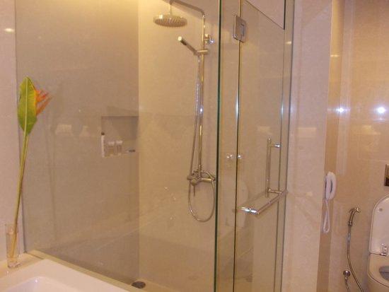 Pullman Bangkok King Power: Huge Bathroom, bathtub and shower