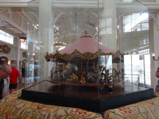 Disney's BoardWalk Inn: 玄関中には円形のソファ