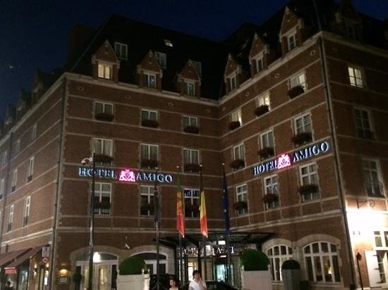 Hotel Amigo: hotel at night