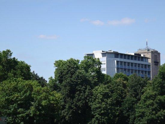Schlossgarten: вид на отель Альтхоф