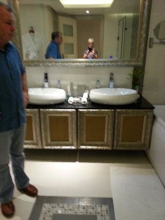 Premier Le Reve Hotel & Spa (Adults Only): bathroom.