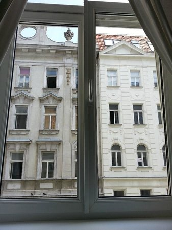 Time Out City Hotel Vienna: Window view from room 12, I kept my curtain down all the time