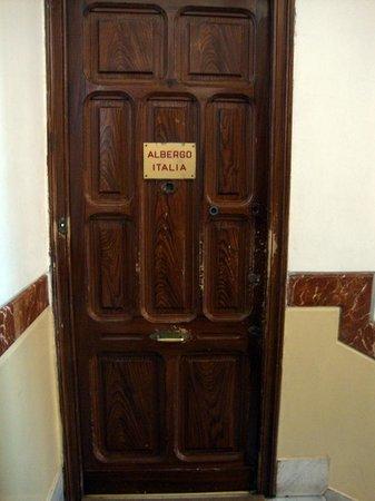 Hotel Italia : Entrada al hotel en las escaleras del edificio