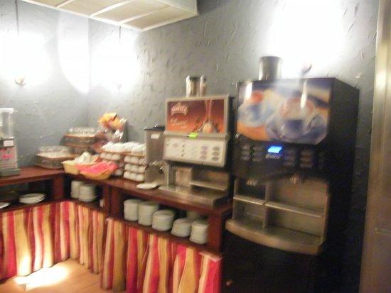 Hotel Victoria 4 : the coffee & tea machines (left machine makes great late)