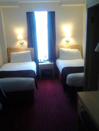 Holiday Inn London - Kensington: Небольшая комната
