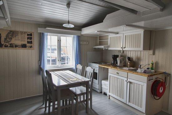 Nusfjord Rorbuer: Rorbu kitchen