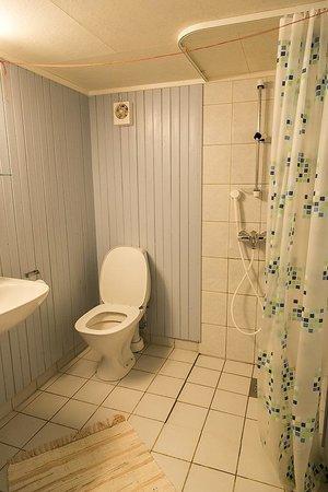 Nusfjord Rorbuer: Rorbu bathroom