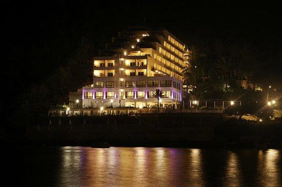 Palladium Hotel Cala Llonga: Vista nocturna desde un embarcadero que te lleva a formentera y otros lugares de la isla