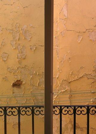 Hostal Far Home Plaza Mayor: вид из окна)
