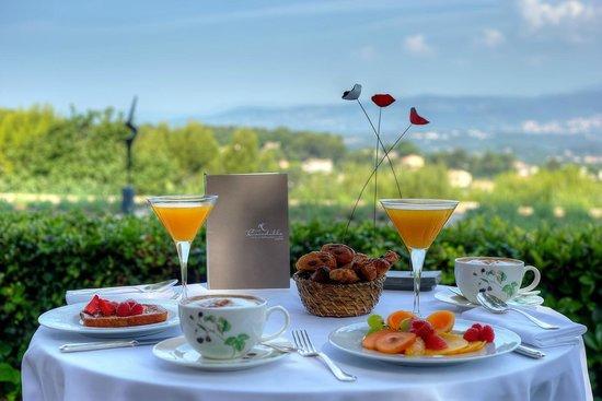 Le Mas Candille : Petit déjeuner en terrasse
