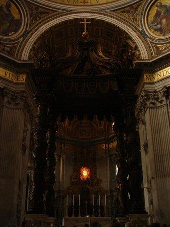 Baldacchino di San Pietro, di Bernini: O Baldaquino está localido bem no centro da Basilica