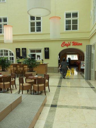 JUFA Hotel Wien City: Лобби