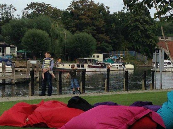 The Runnymede on Thames: River bar