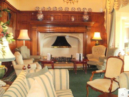 Victoria Hotel: Lounge area.