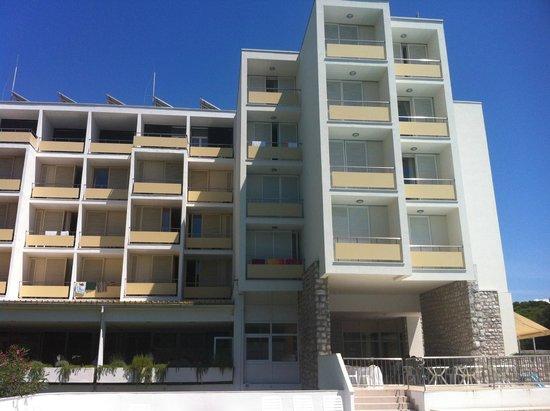 Hotel Adria: à gauche les anciennes chambres, à droite les chambres renovées (volets blancs)